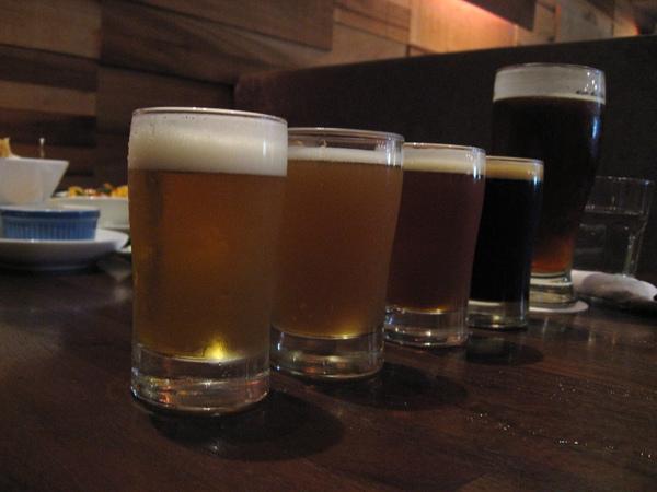 Jolly最有名的就是這些手工啤酒喔.JPG