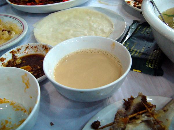 上海新疆風味餐廳-超好喝的奶茶.JPG