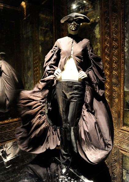 Alexander+McQueen+Savage+Beauty+Costume+Institute+k6_CH8Etklgl.jpg