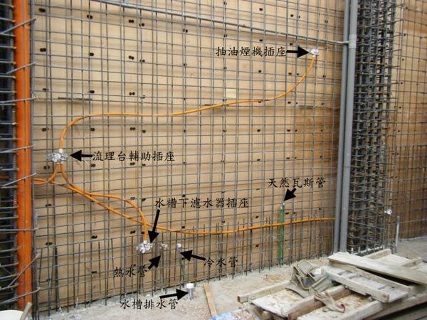 11.25一樓牆壁配管-廚房2