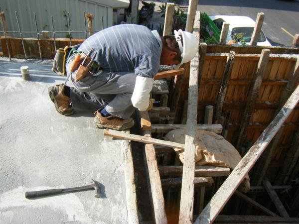 091213-一樓頂板放樣及養護06