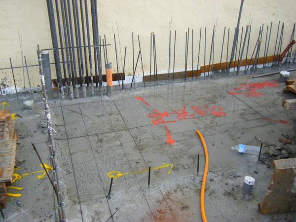 091214-一樓頂板養護3及拆側模02