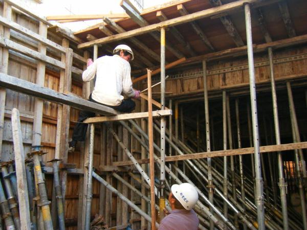 091214-一樓頂板養護3及拆側模04