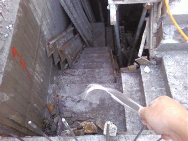 091214-一樓頂板養護3及拆側模08