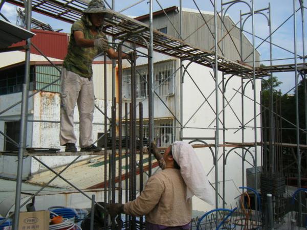 091217-一樓頂板養護5.6及二樓柱鋼筋03