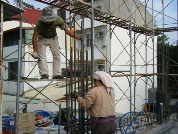 091217-一樓頂板養護5.6及二樓柱鋼筋04