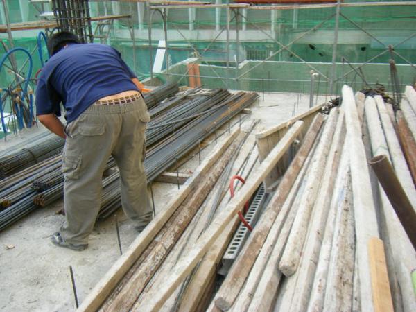 091217-一樓頂板養護5.6及二樓柱鋼筋05
