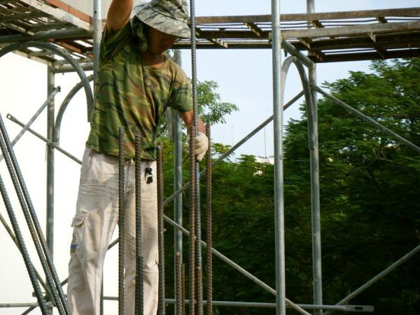 091217-一樓頂板養護5.6及二樓柱鋼筋06