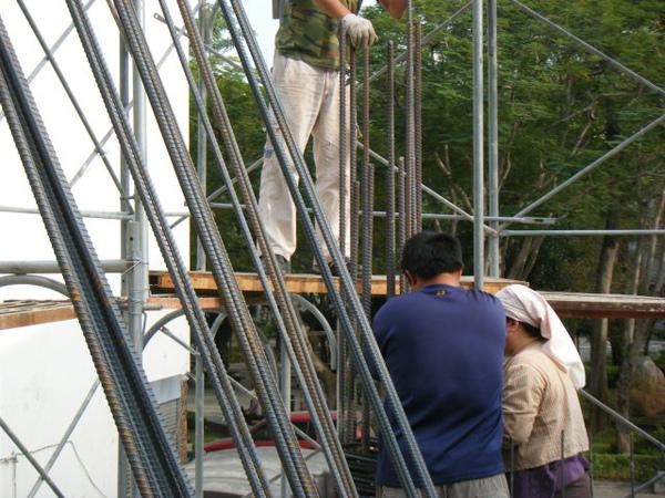 091217-一樓頂板養護5.6及二樓柱鋼筋07
