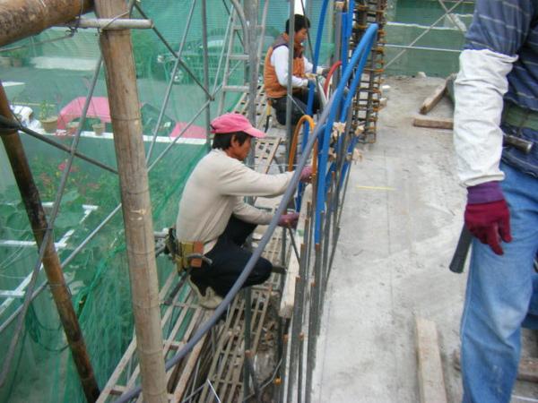 091218-一樓頂板養護7及二樓外模組立04