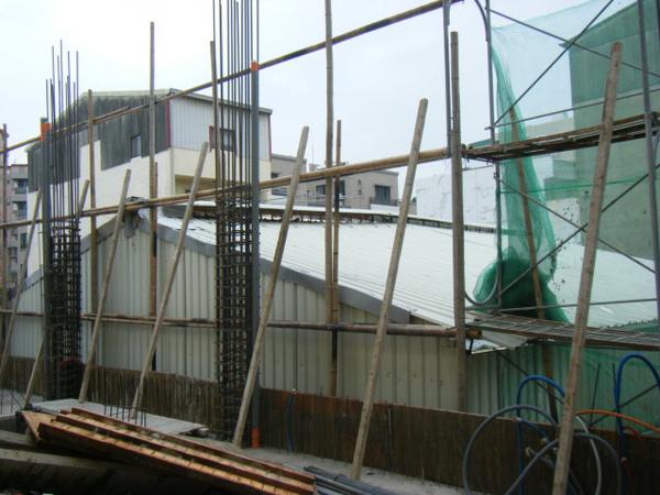 091218-一樓頂板養護7及二樓外模組立09