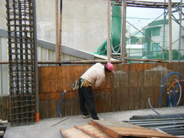 091218-一樓頂板養護7及二樓外模組立11