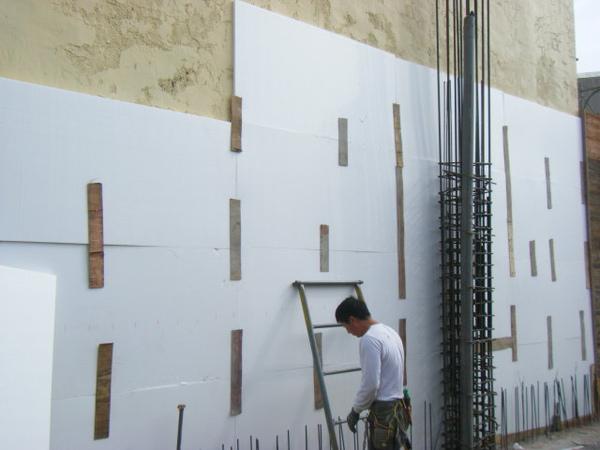 091218-一樓頂板養護7及二樓外模組立17
