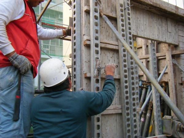 091221-二樓牆柱封內模08
