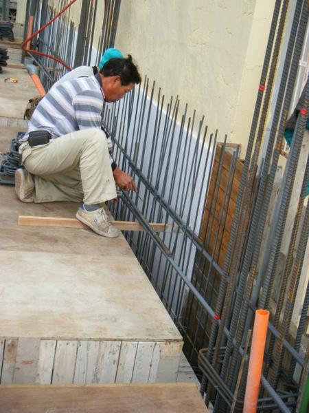091228-二樓頂板鋼筋及水電作業02