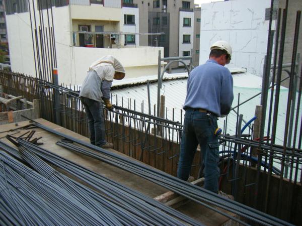 091228-二樓頂板鋼筋及水電作業03