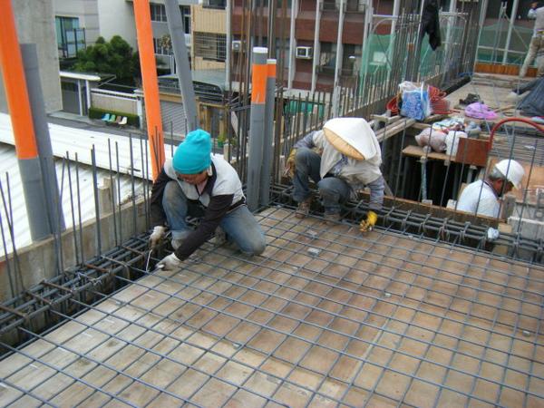 091228-二樓頂板鋼筋及水電作業06