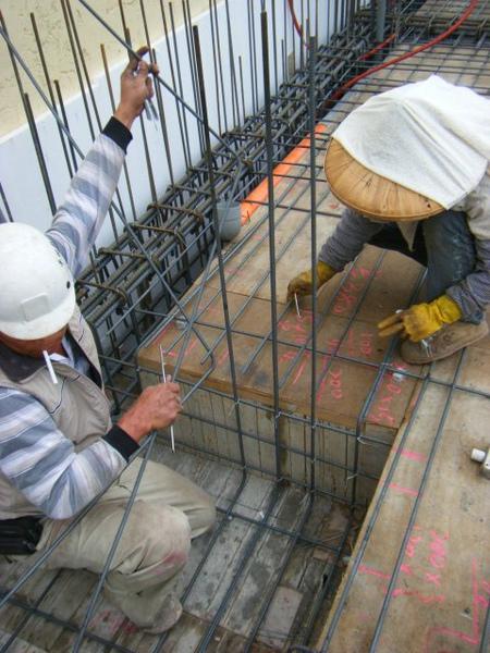 091228-二樓頂板鋼筋及水電作業19