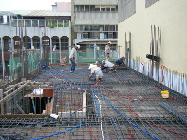 091228-二樓頂板鋼筋及水電作業26