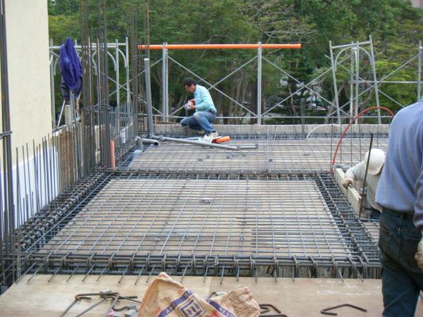 091228-二樓頂板鋼筋及水電作業31.jpg