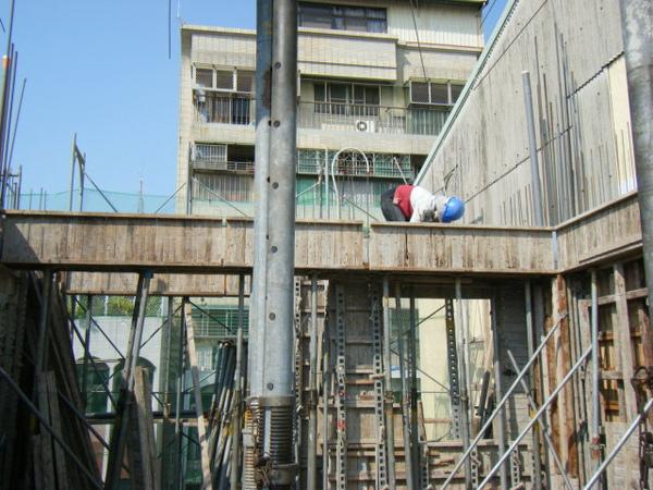 100115-三樓頂板組立01