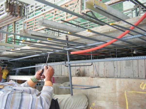 100131四樓頂板鋼筋綁紮+水電配置01.JPG
