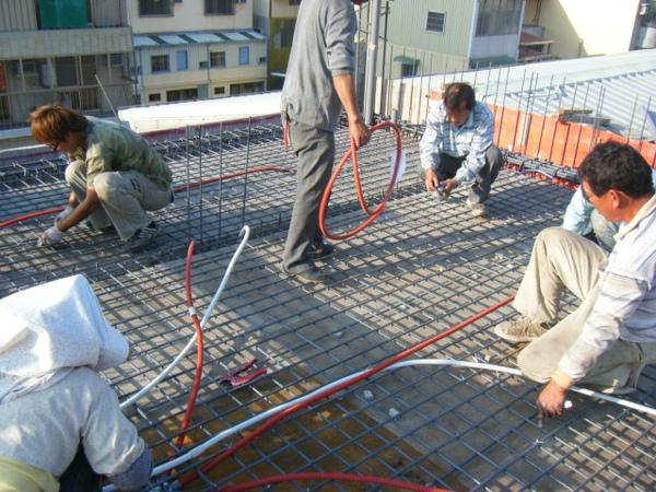 100131四樓頂板鋼筋綁紮+水電配置03.JPG