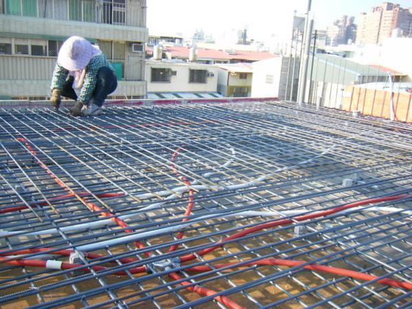 100131四樓頂板鋼筋綁紮+水電配置05.JPG