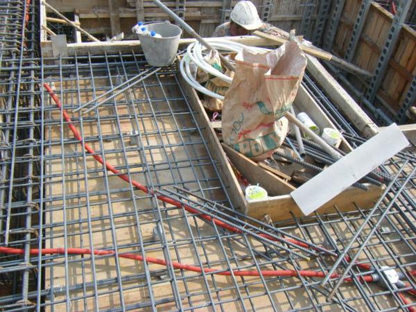 100131四樓頂板鋼筋綁紮+水電配置11.JPG