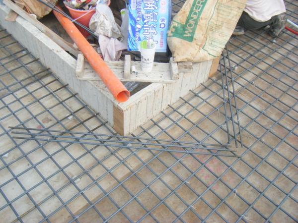 100208-養護六+屋突頂板水電+屋突頂板鋼筋綁紮05.JPG