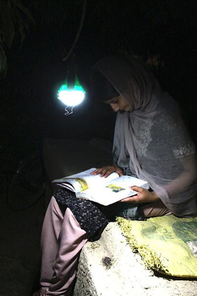 nokero-solar-light-bulb7.jpg