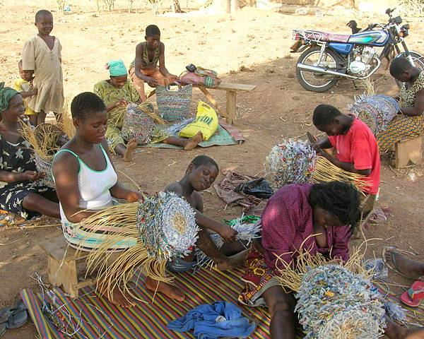 A-group-of-G-lish-weavers-busy-at-work-1024x818.jpg