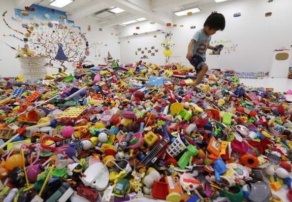 hiroshi-fuji-kaeru-toy-installation-2