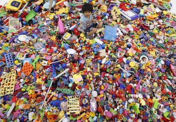 hiroshi-fuji-kaeru-toy-installation-3