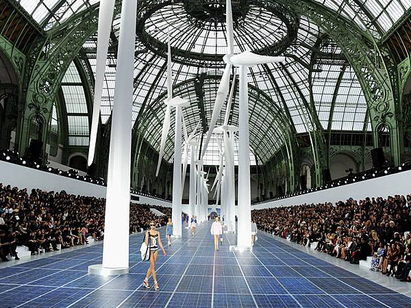 chanel-paris-fashion-week-spring-summer-2013-solar-panels-1