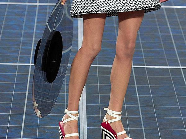 chanel-paris-fashion-week-spring-summer-2013-solar-panels-9