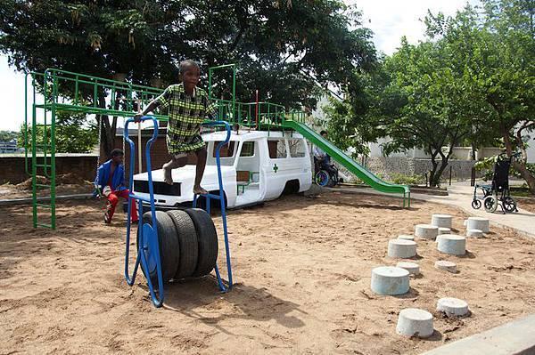 ambulance-playground-in-malawi-05