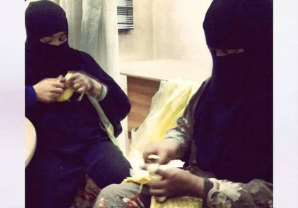 Saudi-Ladies-Trocheting.jpg