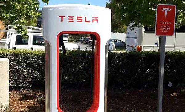 tesla-liquid-cooled-supercharger-01.jpg.662x0_q70_crop-scale.jpg
