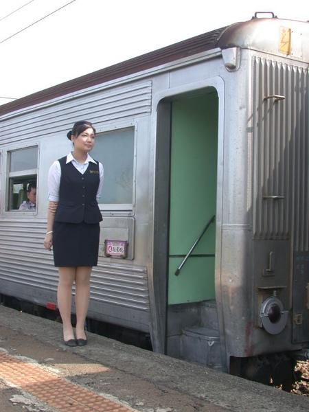列車小姐恭候旅客上車