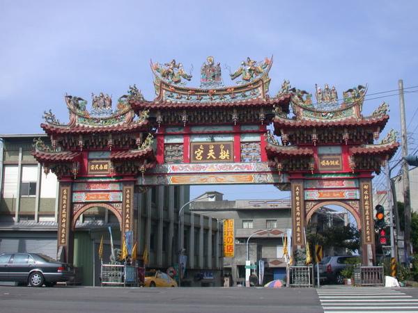 拱天宮在臺一線路口的牌樓