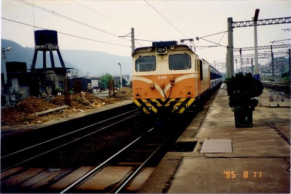 19950811改建中的三義站E108拉221.jpg