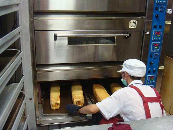 烤到半熟的起酥蛋糕要掉頭才能烤得均勻