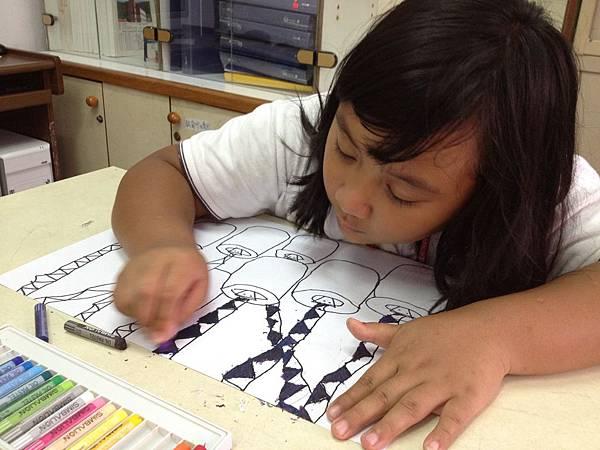 IMG_2397-聽完故事,小女孩認真地畫下八頭蛇的傳說。