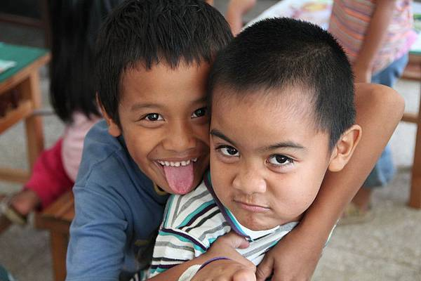 IMG_6101-繪畫課上,孩子們對鏡頭作鬼臉。