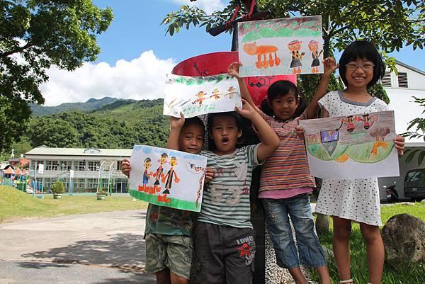 IMG_6177-部落孩子開心地展現自己的畫作。