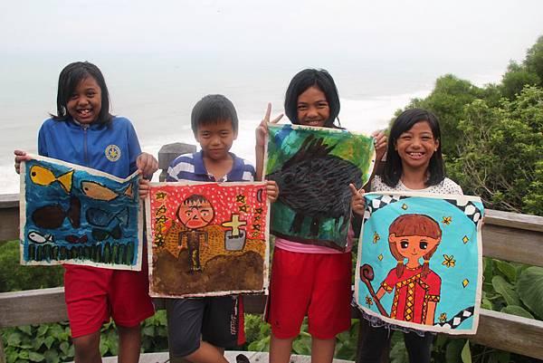 IMG_7841-畫作用色鮮豔,每一幅都是孩子們的精心傑作。