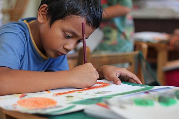 原本調皮搗蛋的孩子,拿起畫筆臉上的神情卻是那樣專注而且用心。(台東桃源國小)