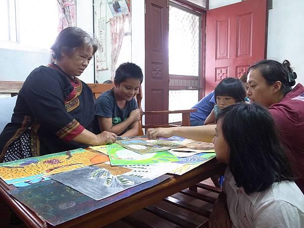 完成畫作後,我們拜訪的布農部落裡的長老。長老看著孩子們用稚嫩卻鮮艷色彩的筆觸畫下一幅幅畫作,臉上露出微微的卻驕傲的神情。