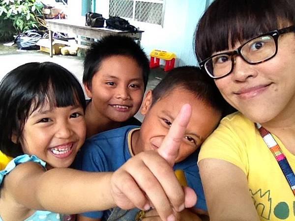 來自花蓮的雅錦老師這兩個多月來,在放假時間親自到台東布農部落來教孩子畫畫,透過引導想像,讓孩子盡情創作,畫出屬於自己的部落故事。